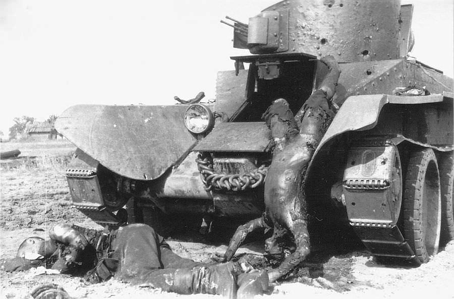 Сгоревшие советские танкисты