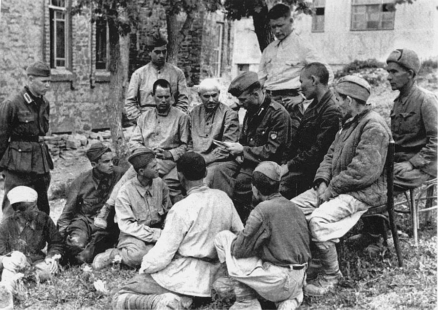Власовец агитирует советских военнопленных