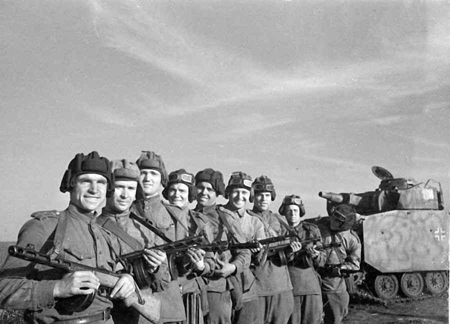 Группа разведчиков со своим командиром капитаном Д.И. Закревским