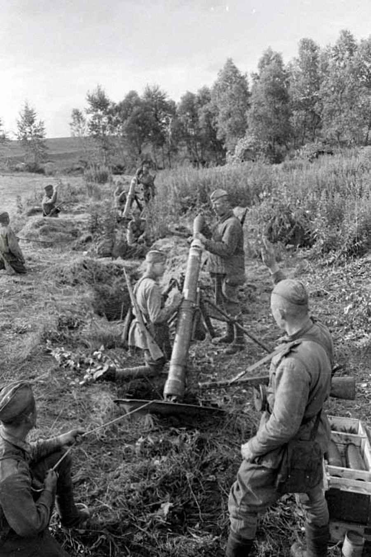 Советские минометчики ведут огонь по скоплению пехоты противника
