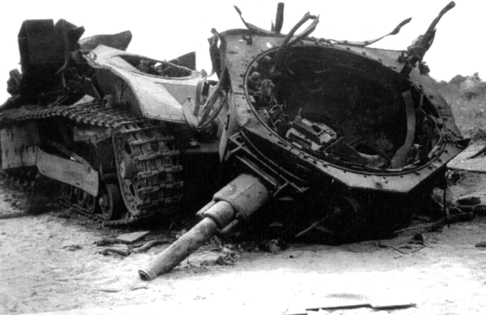 Советский танк, взорванный самим экипажем