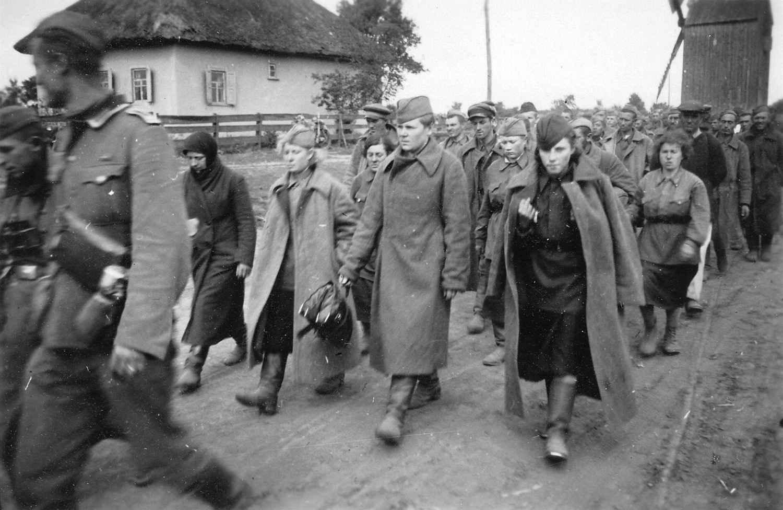 Пленные красноармейцы в районе Кременчуга