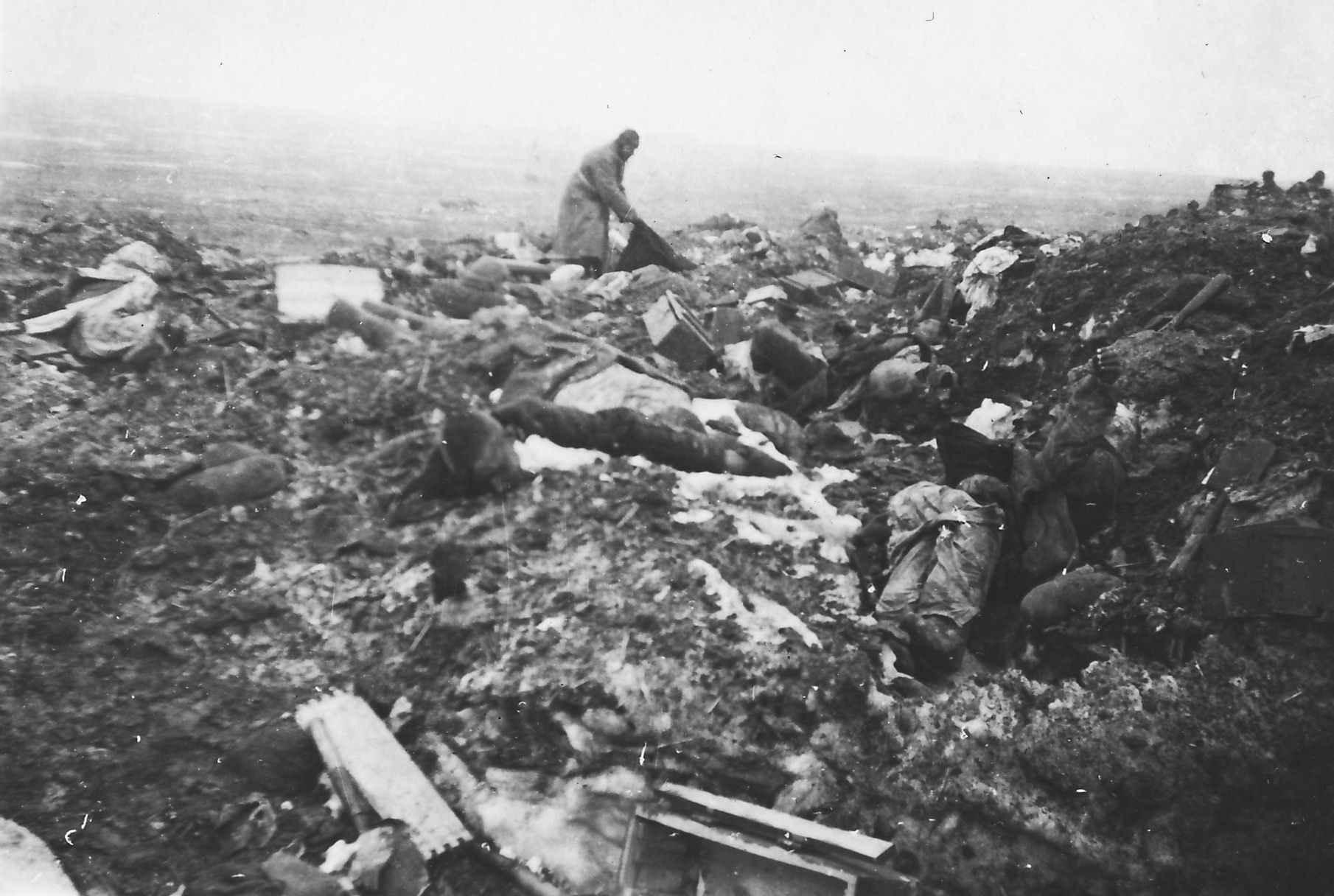 На свалке из вещей и тел погибших советских пленных