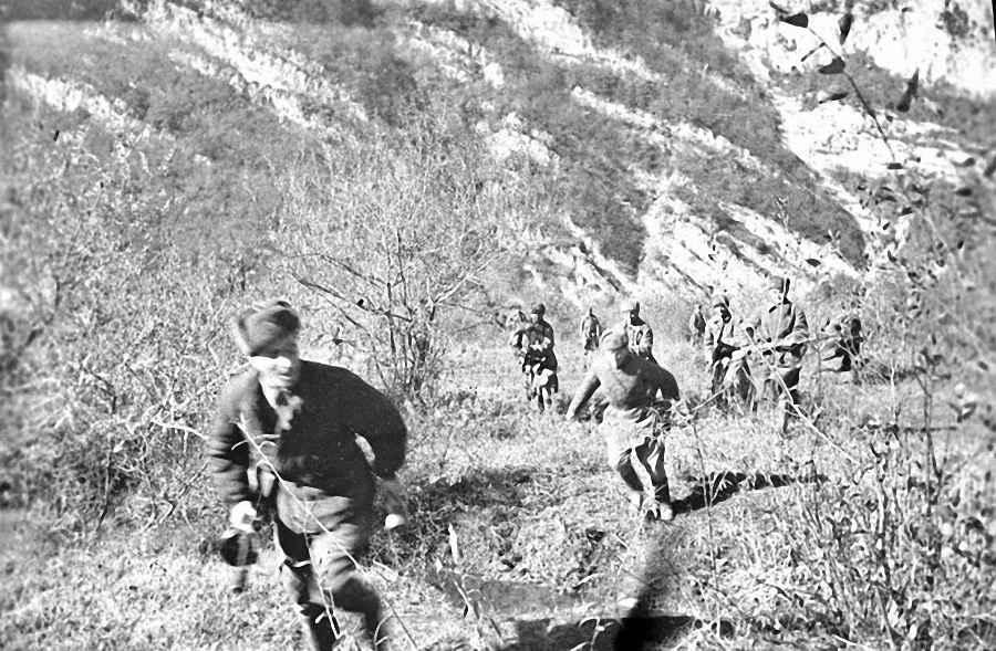 Стрелковое отделение младшего лейтенанта Чигогидзе готовится к атаке