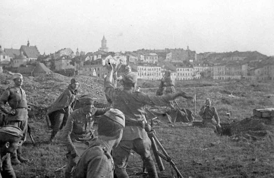 Советские минометчики ведут бой за Варшаву