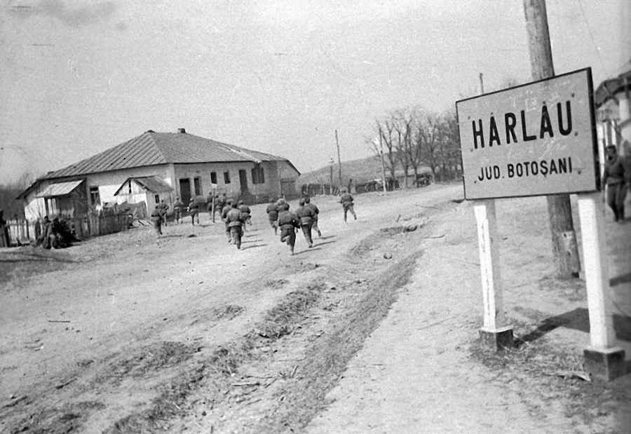 Советская пехота выбивает немцев из города