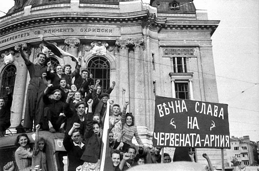 Народ на улицах Софии в день вступления Красной Армии в город