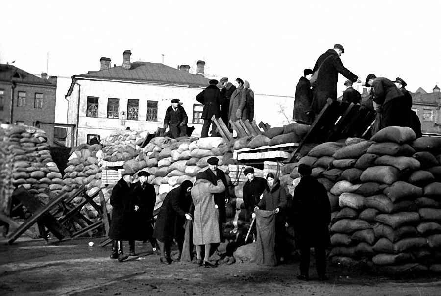 Москвичи строят баррикады на Можайском шоссе
