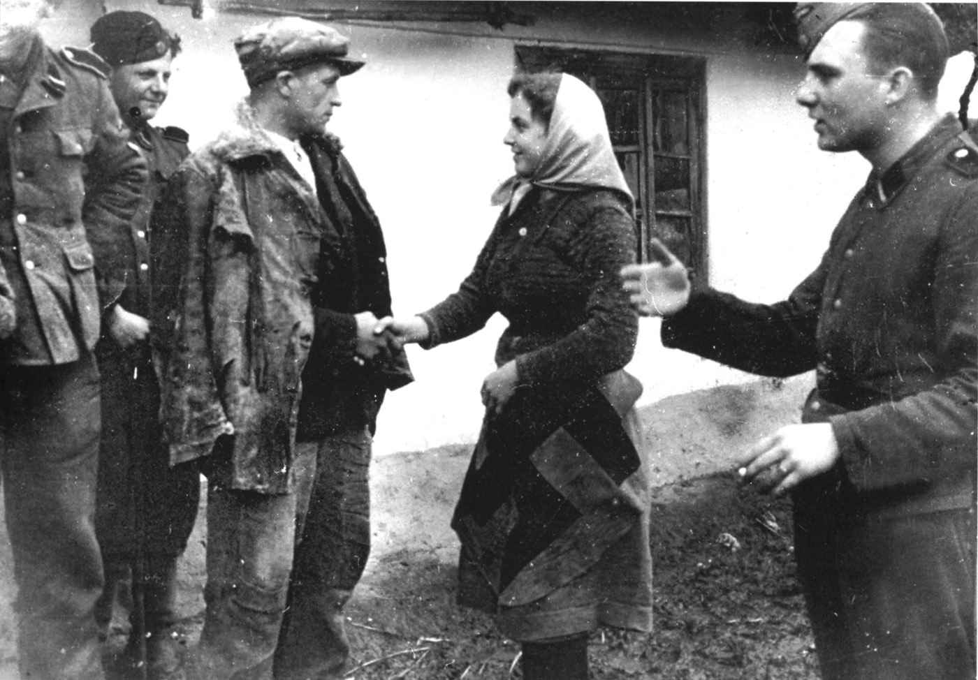 Сестра прощается с братом, уходящим добровольцем в 14-ю дивизию войск СС «Галиция»