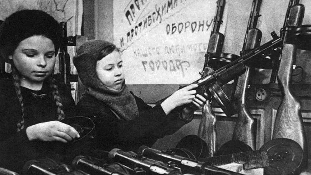 Школьницы собирают пистолет-пулемет Дегтярева