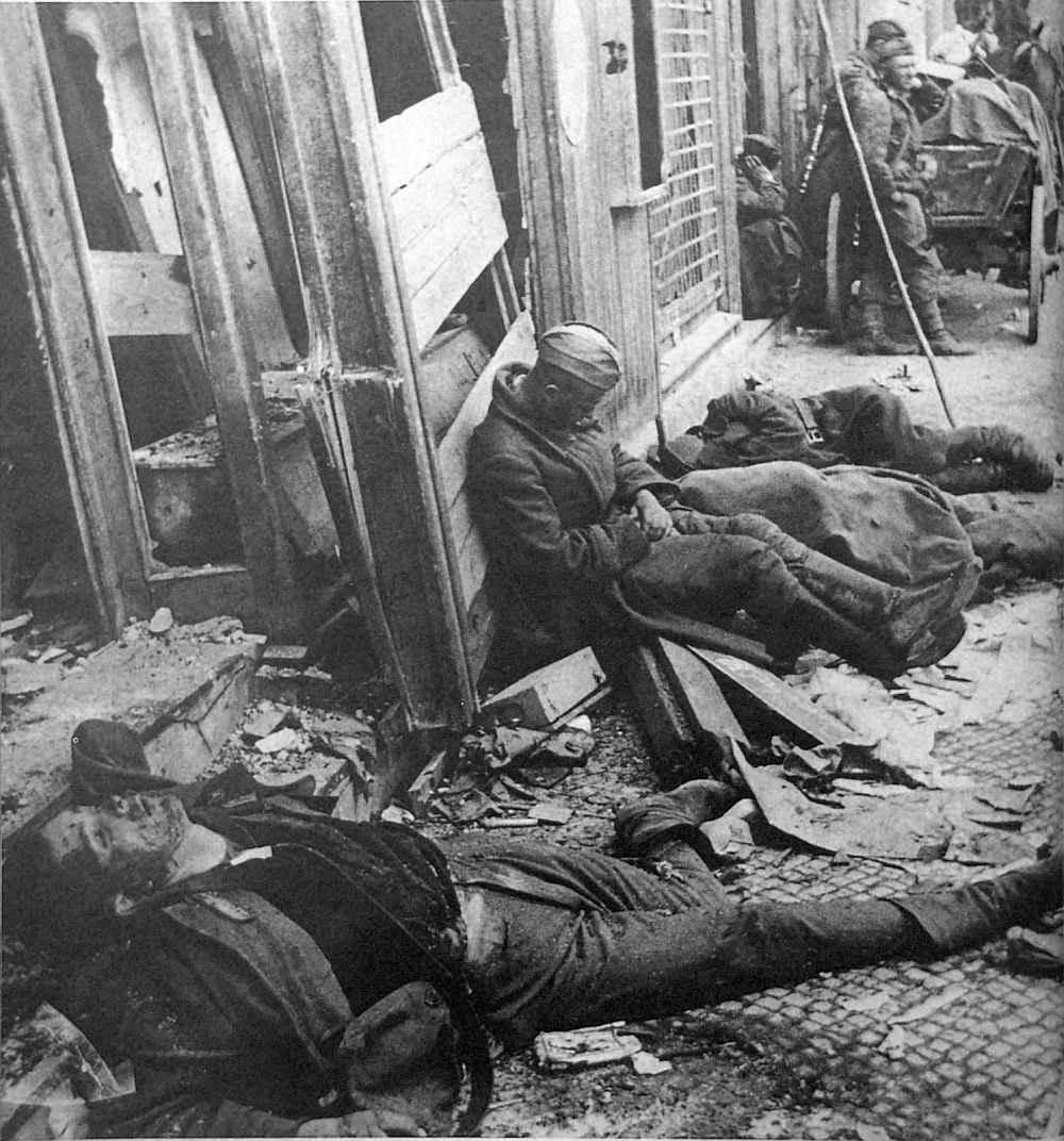 Советские солдаты отдыхают между боями за Берлин
