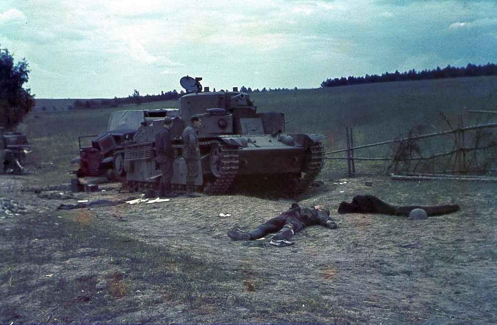 Немецкие солдаты у подбитого танка Т-28