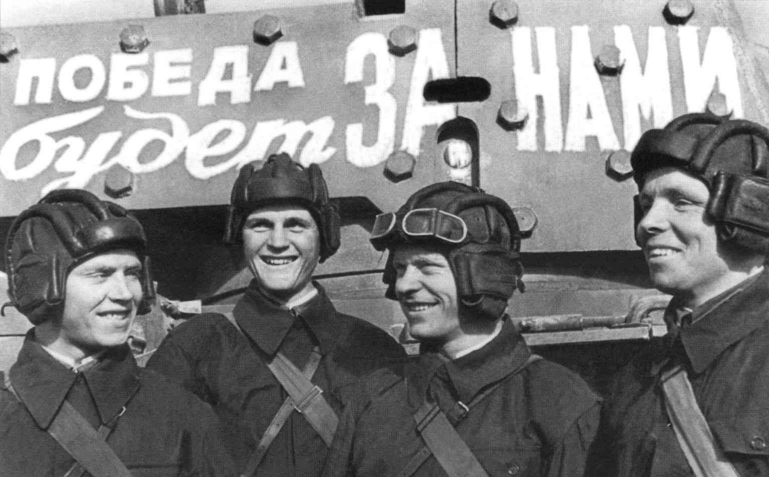 Советские танкисты у своего танка
