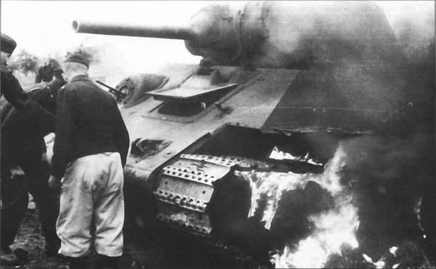 Немецкие танкисты у горящей 34-ки