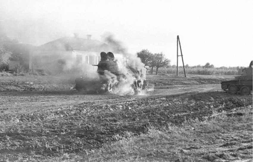 Легкий танк, объятый пламенем. Ростов 1941 год