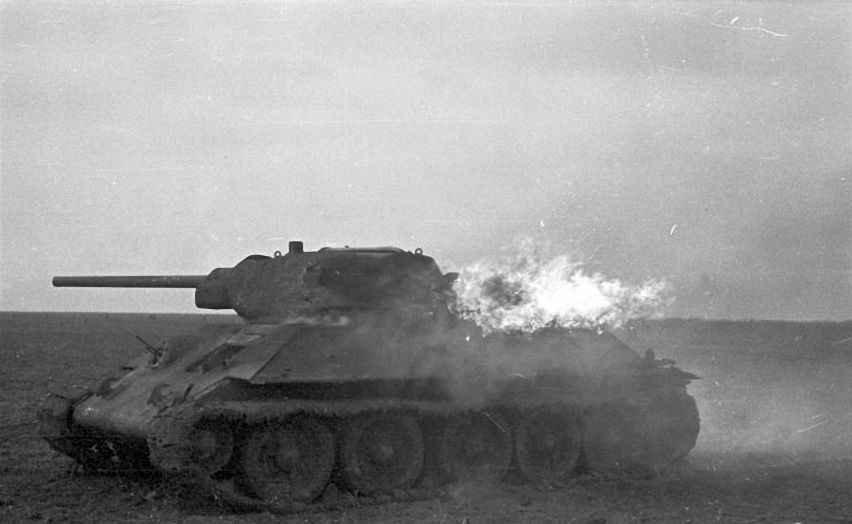 Горящий Т-34 продолжает вести бой