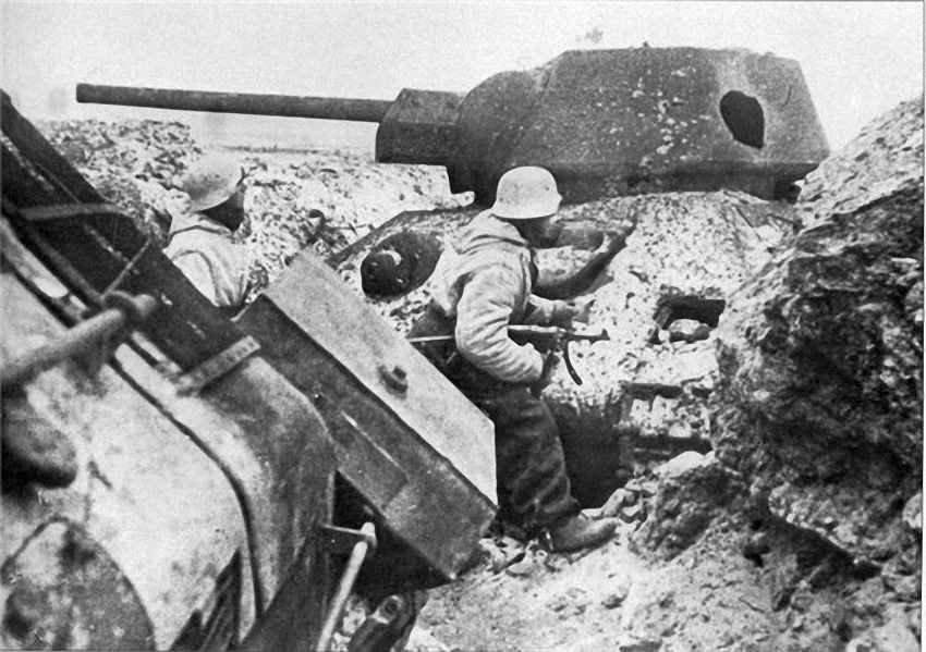 Немцы среди разбитых Т-34. Ростов 1941 год