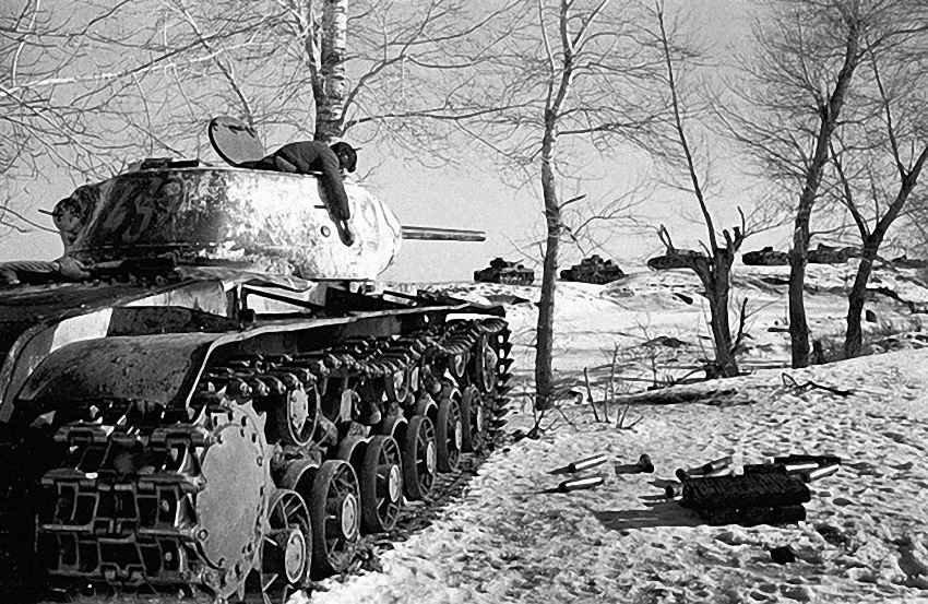 Наш танк уничтоживший вражескую колонну