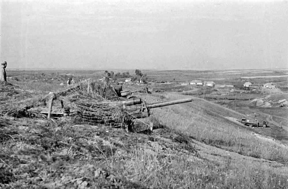 Орудия артиллерийской батареи ведут огонь по врагу южнее г. Орла