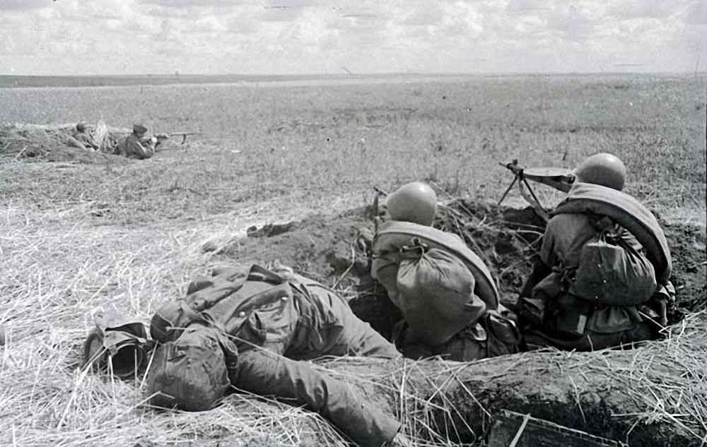 Гвардейцы Н-ской части ведут огонь по противнику