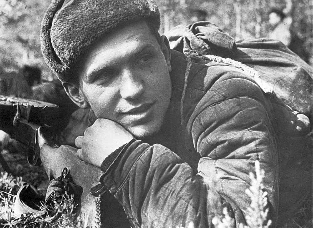 Советский солдат у пулемета