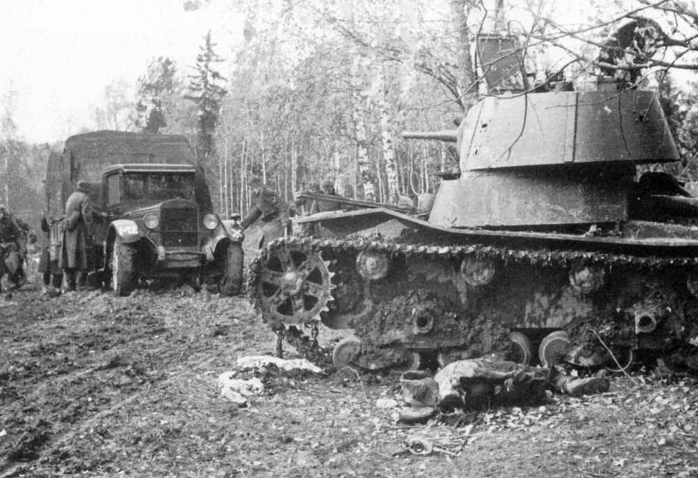 Подбитый советский танк Т-26