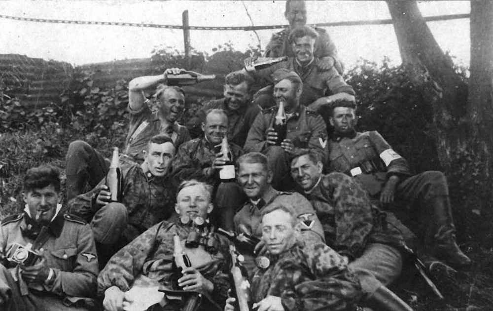 Немецкие солдаты празднуют преждевременную победу