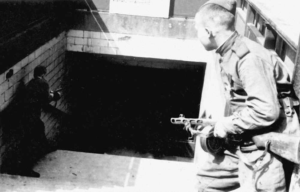 Советские солдаты ведут бой за берлинское метро