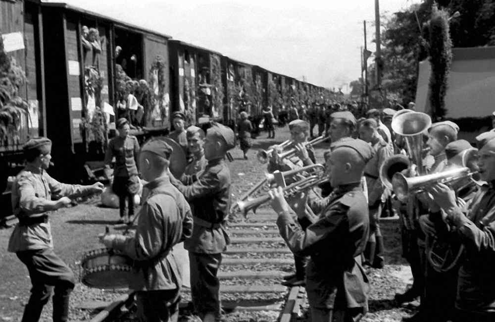 Перед отбытием поезда с демобилизованными советскими воинами из Берлина