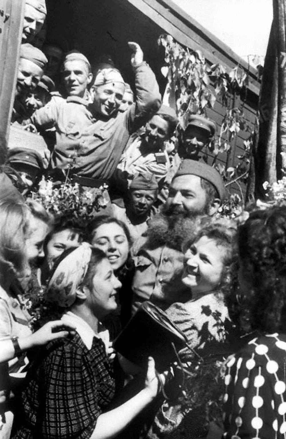 Москвичи на перроне Рижского вокзала встречают демобилизованных воинов
