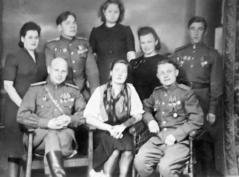 Офицеры полка с женами, 1945 год
