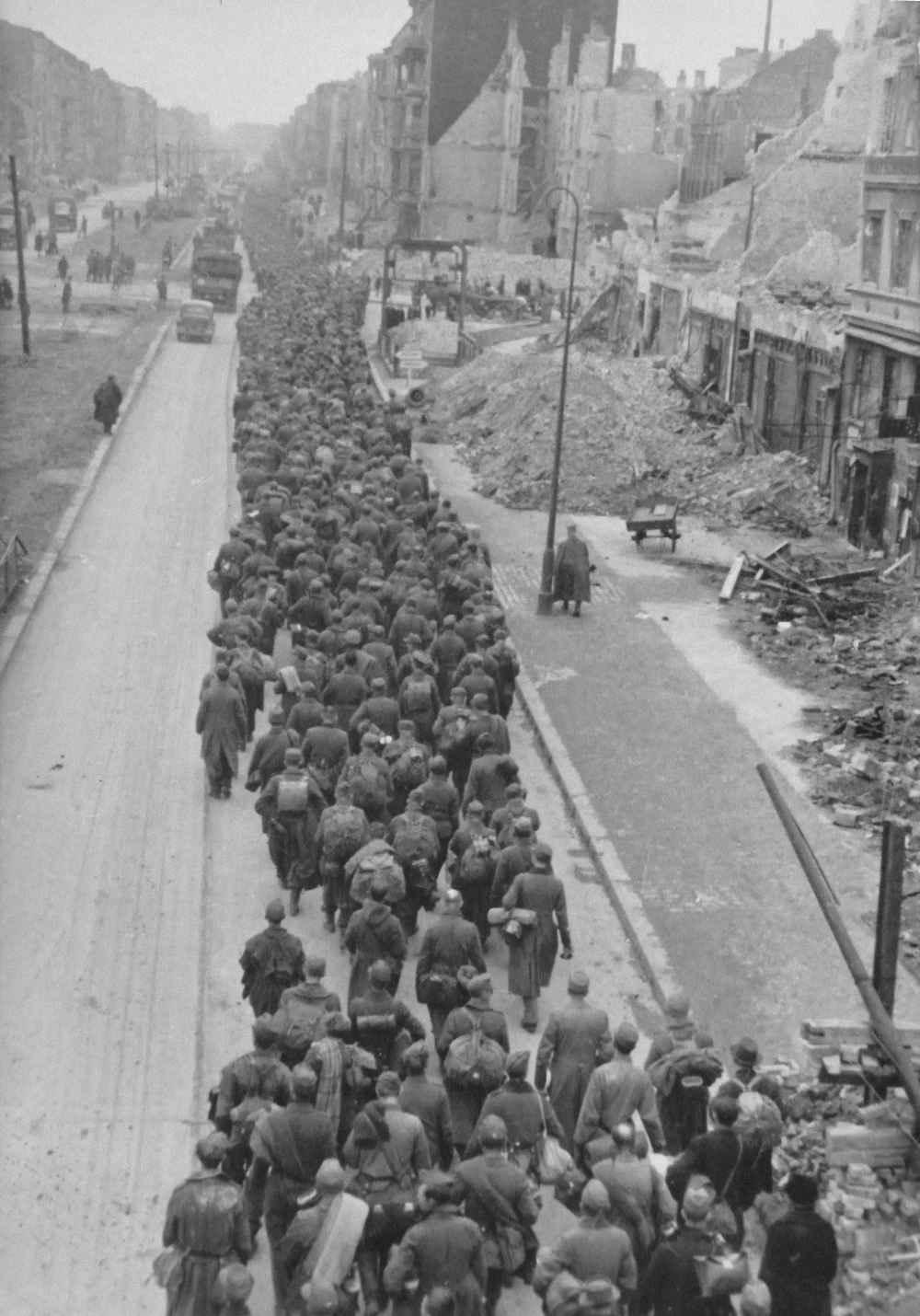 Берлин, колонна пленных немцев