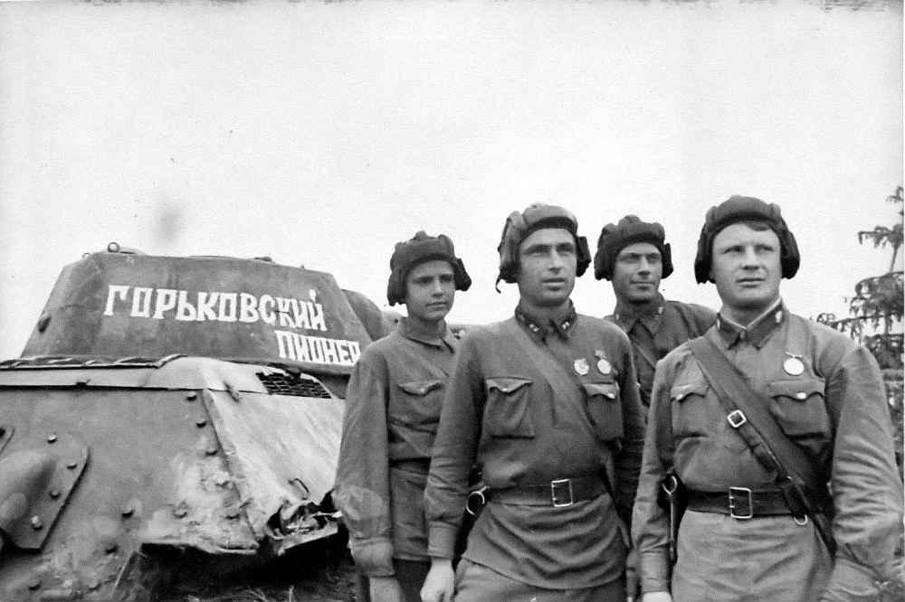 Экипаж рядом с танком Т-34
