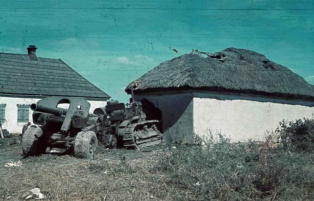 Советский трактор «Сталинец» с гаубицей на прицепе