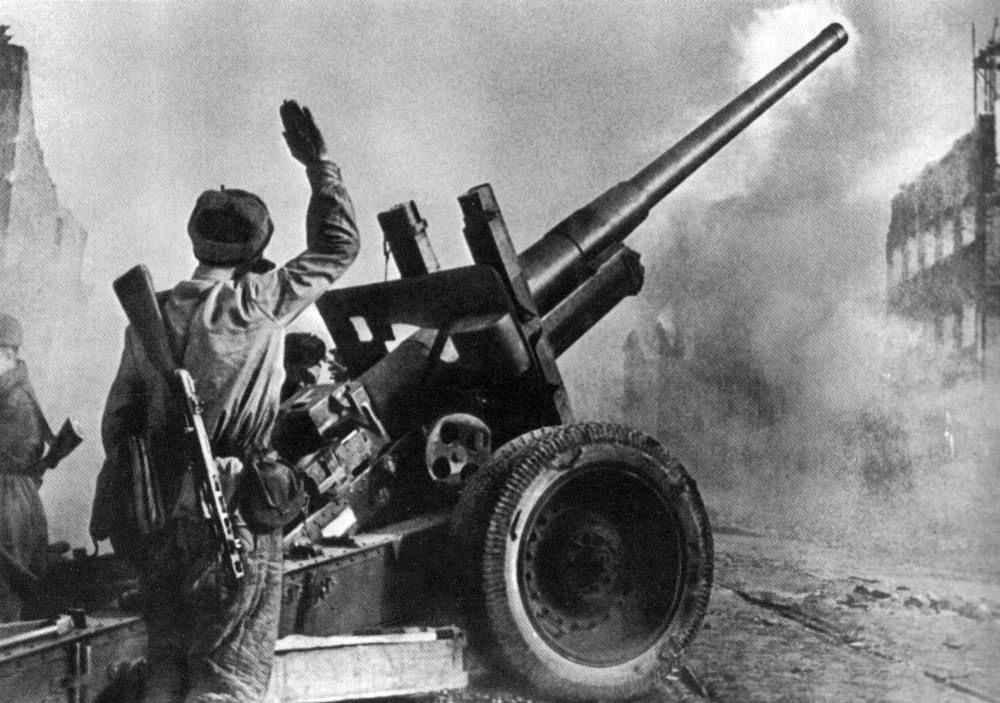 Советские артиллеристы в бою на улице Данцига