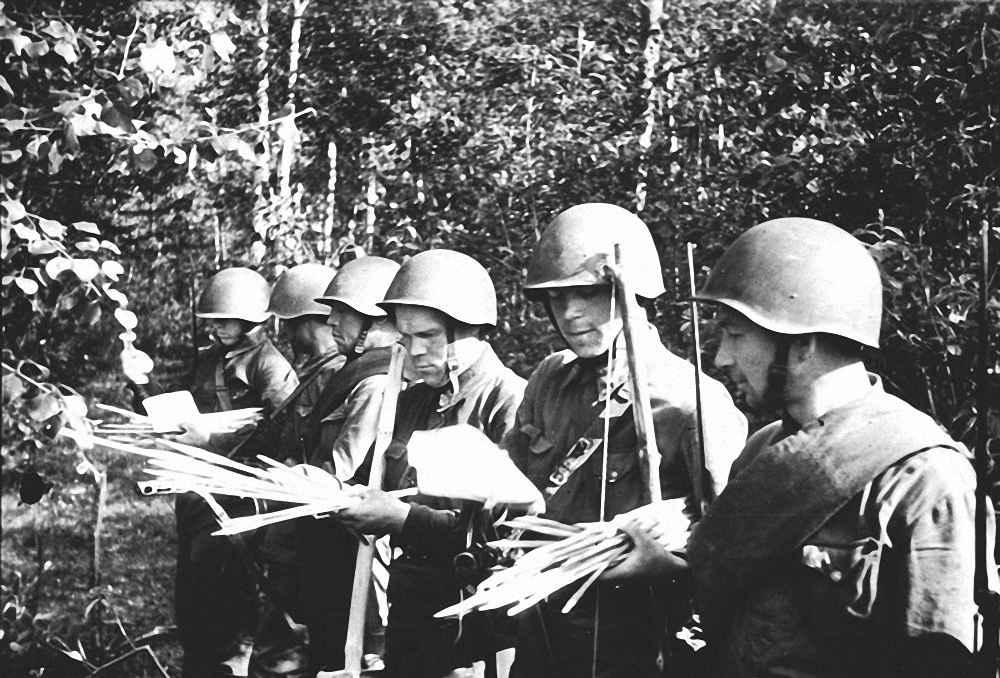 Забрасывание листовок на территорию немцев