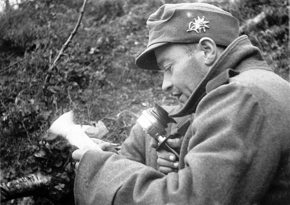 Пленный немецкий солдат призывает бросить оружие и перейти на сторону Красной Армии