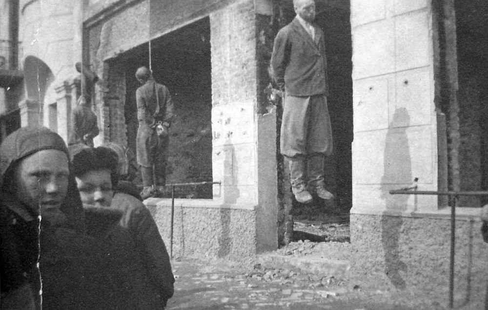 Харьков, тела повешенных троих советских партизан