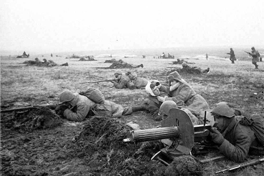 Военфельдшер оказывает первую помощь раненным бойцам