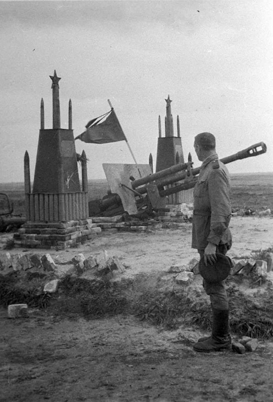 На могиле товарищей гвардейцев-артиллеристов