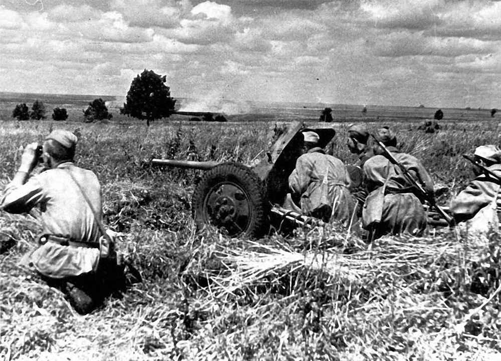 Расчет противотанкового орудия в бою