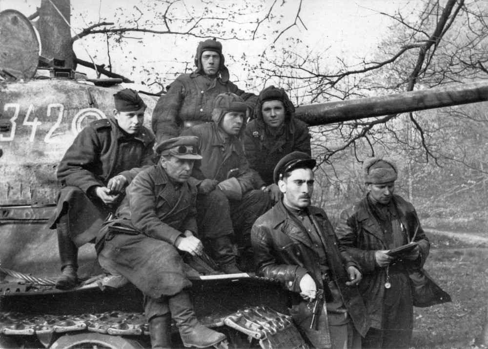 Военнослужащие 7-го гвардейского танкового корпуса у танка в Берлине