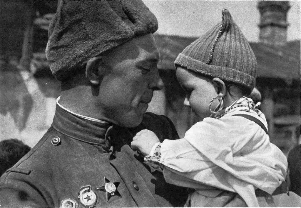Советский солдат с чешским ребенком на руках