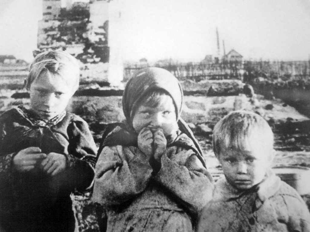 Дети у руин своего дома