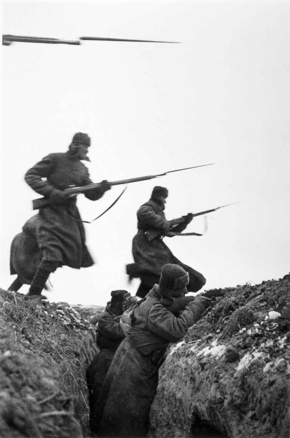 Красноармейцы в штыковой атаке