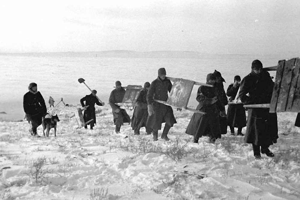Немецкие военнопленные направляются на работу