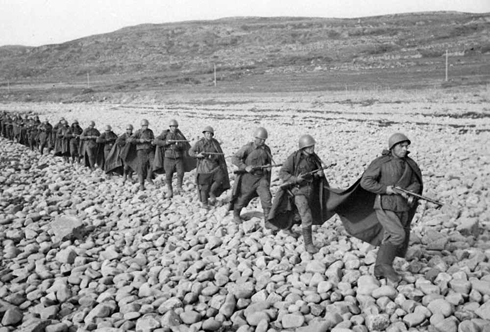 Автоматчики морской пехоты направляются на охрану побережья Баренцева моря