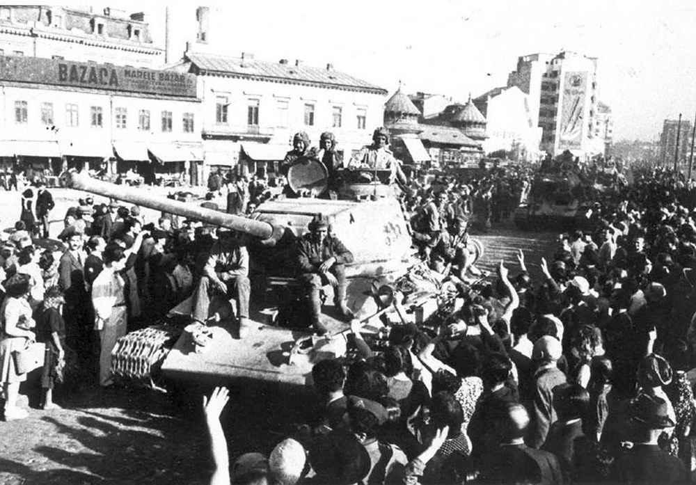 Жители Бухареста приветствуют советские войска