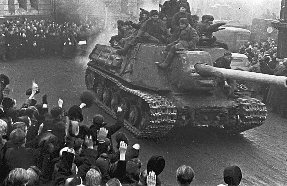 Жители Лодзи приветствуют советских танкистов