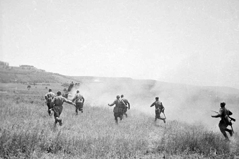 Часть пехотинцев атакует противника